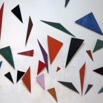 installation-murale-de-triangles-emailles-dans-atelier.jpg